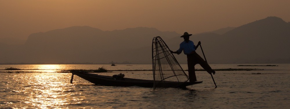 Visser in avondlicht Inle Lake